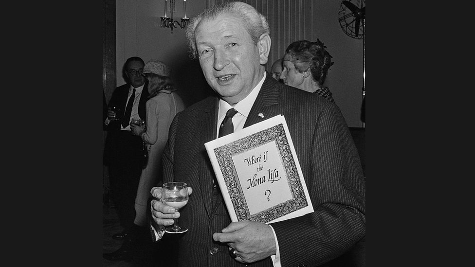 El coleccionista de arte Henry F. Pulitzer, con una copia previa a la publicación de su libro 'Where Is The Mona Lisa?' en el hotel Claridges, Londres, 1967