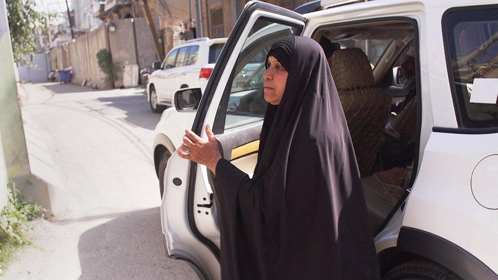 Zahra se baja del vehículo.