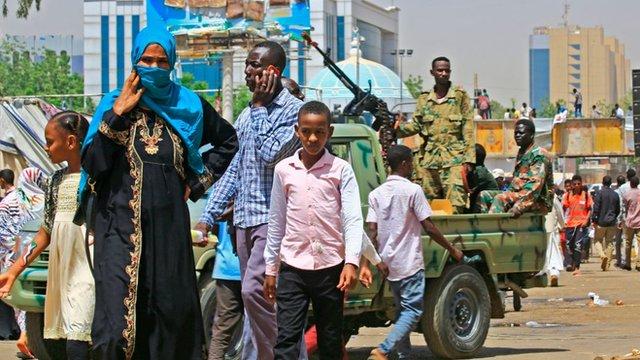 جنود سودانيون وسط متظاهرين في الخرطوم