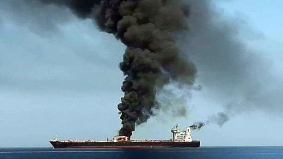 صور من التلفزيون الإيراني يظهر فيها الدخان يتصاعد من إحدى ناقلات النفط