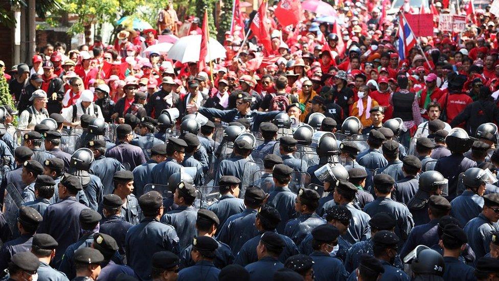 """10 ปีสลายการชุมนุมคนเสื้อแดง : มองเมษา-พฤษภา 53 ผ่านวาทกรรม """"จำไม่ลง"""" - BBC News ไทย"""