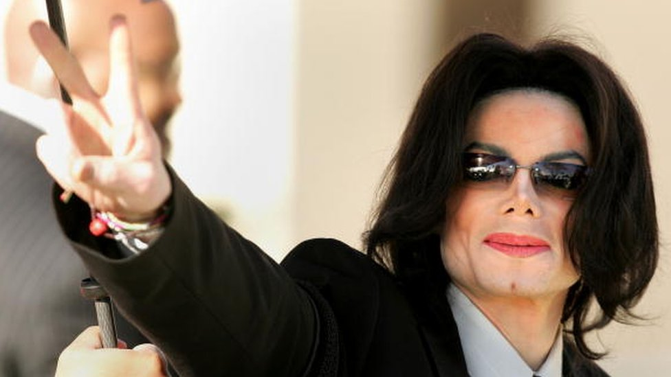 Singer Michael Jackson walks into the Santa Maria Superior Court on the fifth day of his child molestation trial on 7 March, 2005 in Santa Maria, California