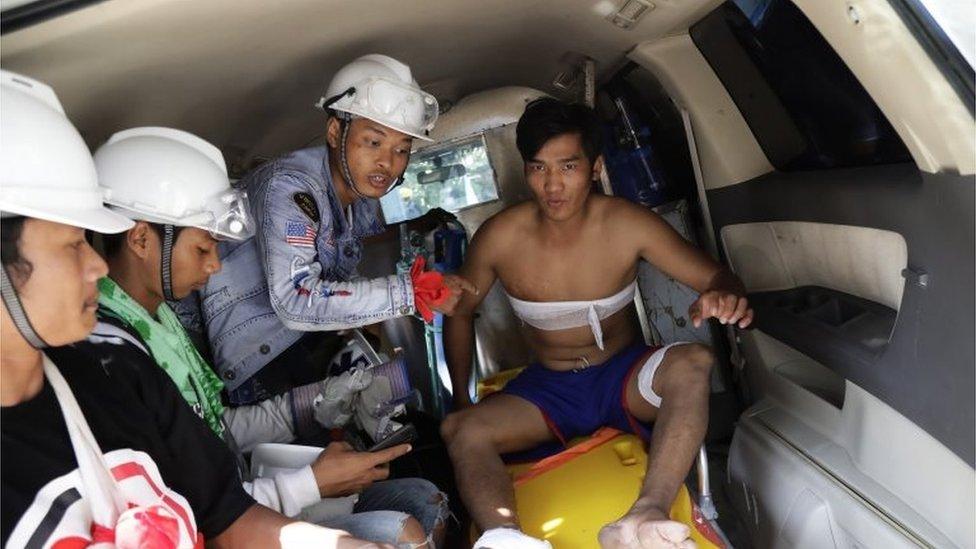 Un manifestante es atendido durante las protestas en Myanmar.