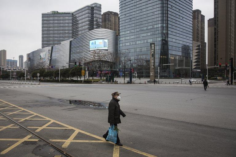 Un transeúnte en una calle de Wuhan