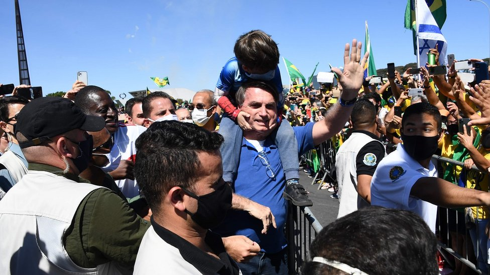Presidente Jair Bolsonaro cumprimenta apoiadores em ato em 31 de maio