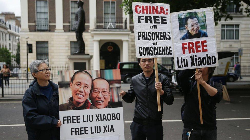 示威者2017年在中國駐英大使館前抗議,要求北京政府釋放當時仍然在囚的異見人士劉曉波。