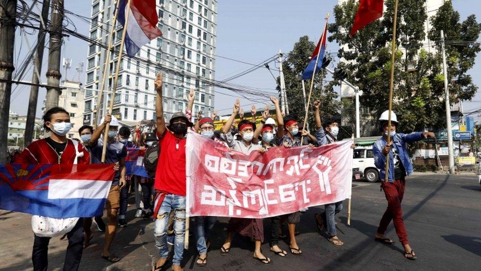 متظاهرون مؤيدون للديمقراطية في يانغون في ميانمار