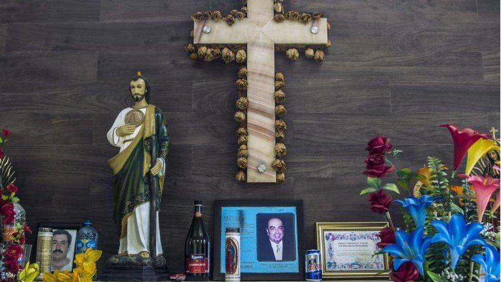 قُتل شقيقه أرتورو في تبادل إطلاق نار مع الشرطة المكسيكية في عام 2009