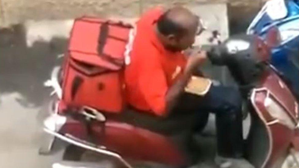В Індії зняли як кур'єр ласує їжею клієнта