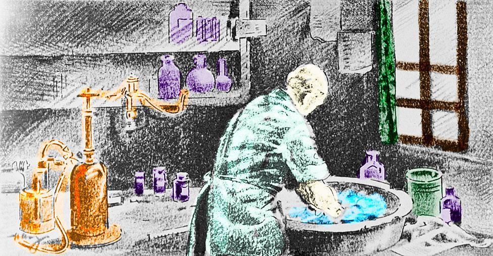 Ignaz Semmelweis se lava las manos con agua de cal clorada antes de operar.