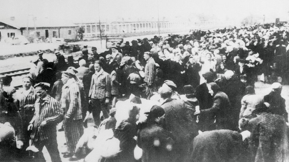 Una foto tomada por los nazis en los primeros días de la Segunda Guerra Mundial, muestra una carga de prisioneros destinados al campo de concentración de Auschwitz. Se muestran mientras hacen fila para el viaje al campamento después de llegar a la estación de ferrocarril de Auschwitz.