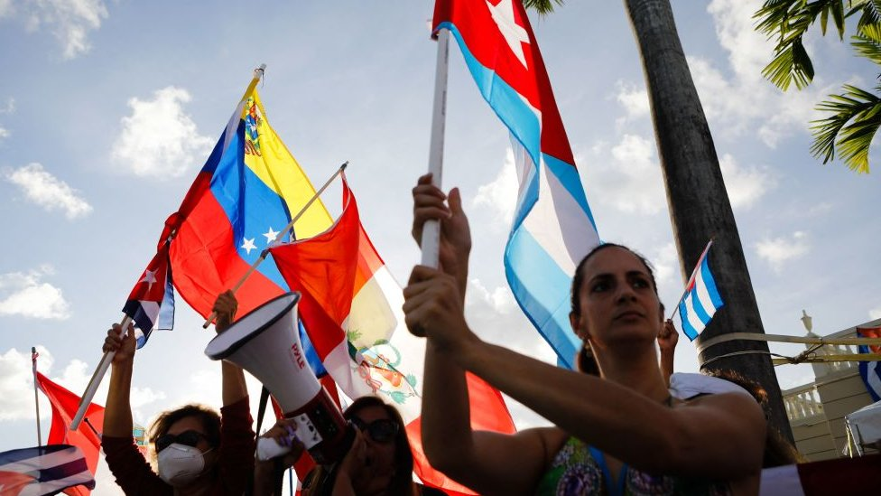 Exiliados de Perú, Cuba y Venezuela durante las manifestaciones contra el gobierno de Cuba en Miami.