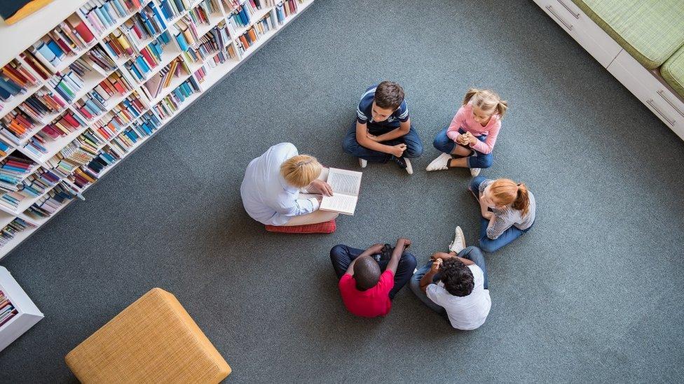 Učiteljica čita knjigu đacima