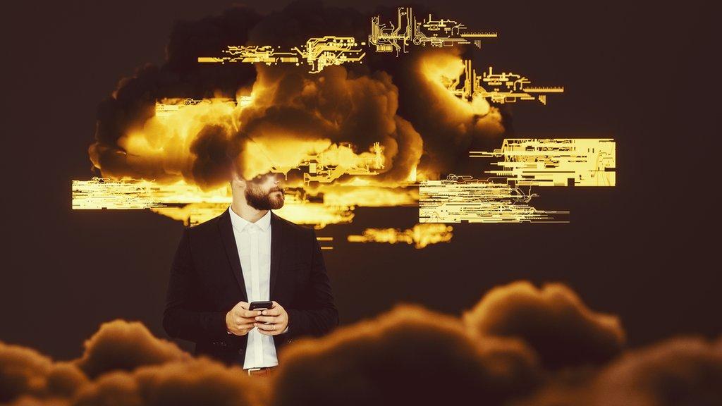 Hombre con teléfono y cabeza en nube de datos