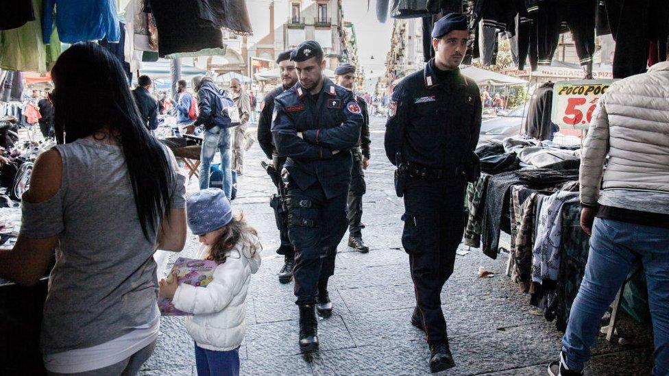 policía de nápoles.