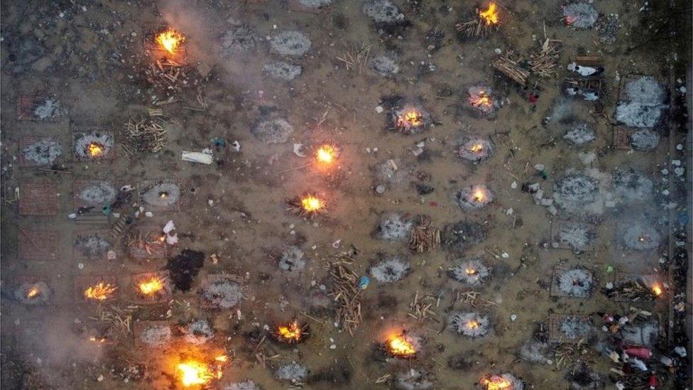 Una cremación en masa de víctimas de covid-19 en Nueva Delhi, India, 22 de abril de 2021