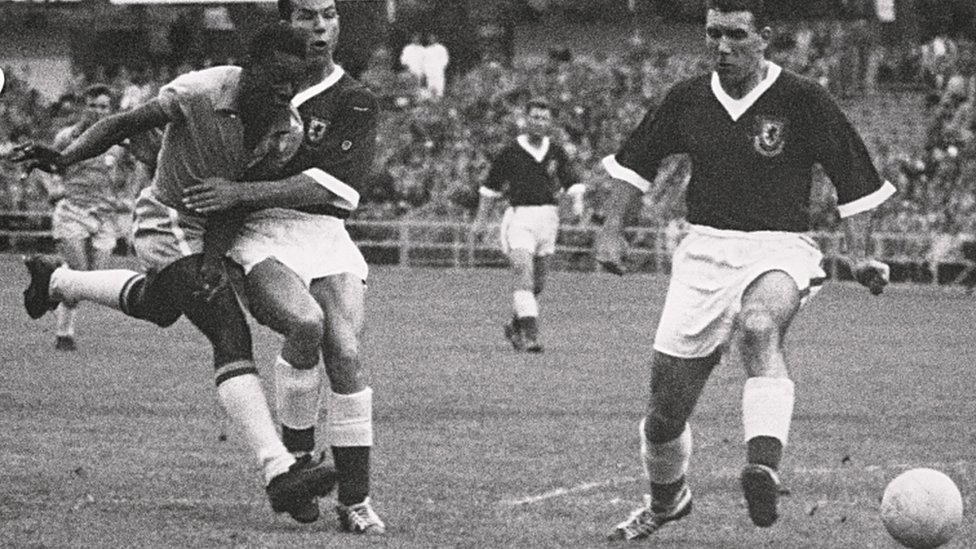 Pelé, con 17 años, patea el balón en el partido de Brasil contra Gales.