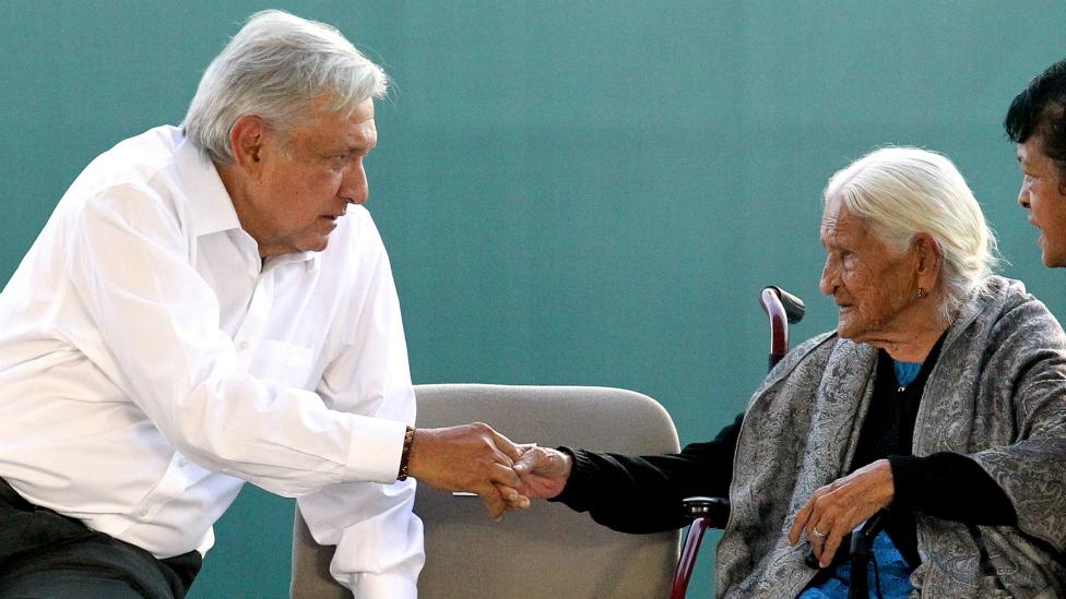 López Obrador y anciana