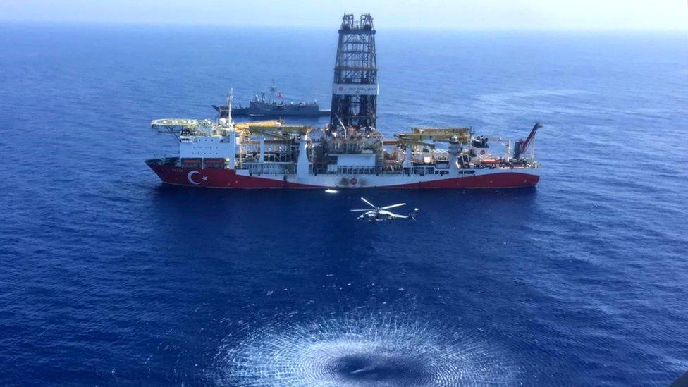 السفينة التركية فاتح تصحبها سفينة من البحرية التركية