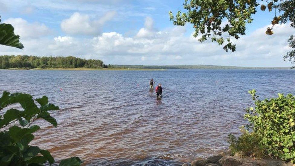 Istraživači traže predmete u jezeru Vidostern u okrugu Jonkoping u Švedskoj
