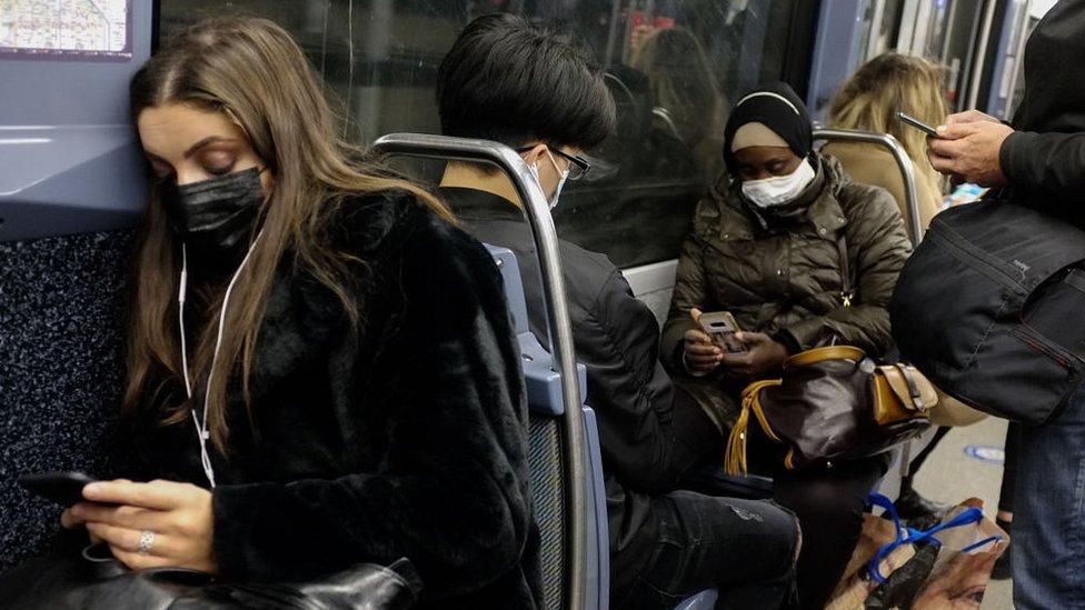 أشخاص يرتدون كمامات في مترو باريس
