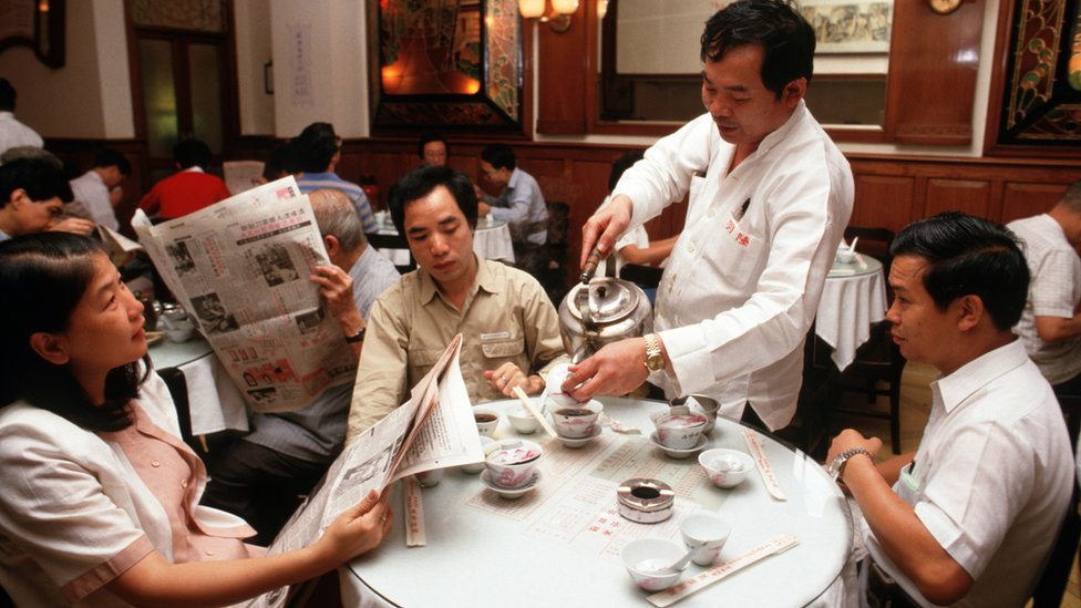 香港中環陸羽茶室內茶客邊喝茶邊讀報(1986)