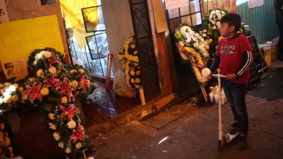Un niño en el funeral de Fátima Aldighett