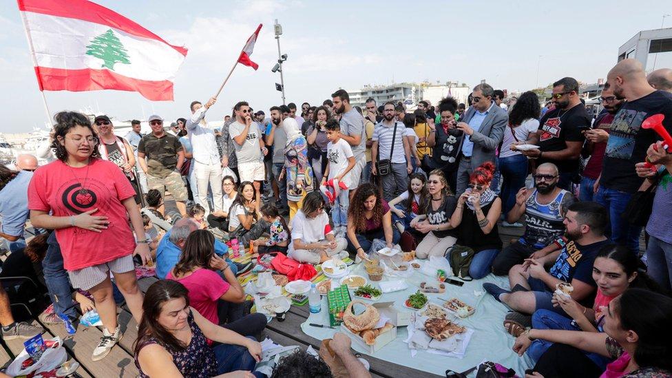 """متظاهرون لبنانيون يتجمّعون حول إفطار في """"زيتونة باي"""" احتجاجا على ما يقولون إنه """"الاستيلاء على الملكية البحرية العامّة"""""""