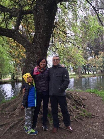 María junto a su esposo y su hijo, a quienes llevó a Chile en 2005.