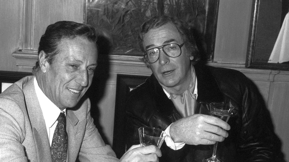 Frederick Forsyth (izq.) y Michael Caine