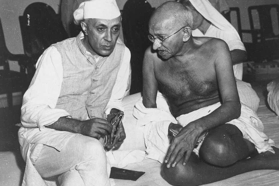 Jawaharlal Nehru (L) in conversation with Mahatma Gandhi at the All-India Congress committee meeting at Bombay in 1946