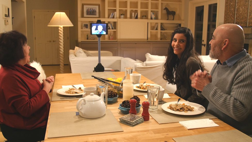 Robot Ohmni a la hora de la comida en familia