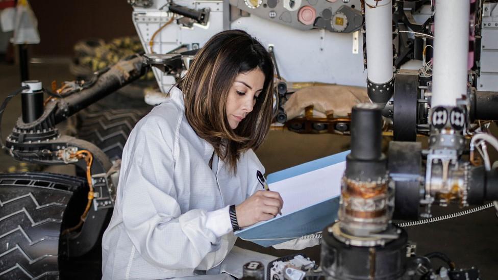 Diana Trujillo en la NASA trabajando con componentes del robot explorador