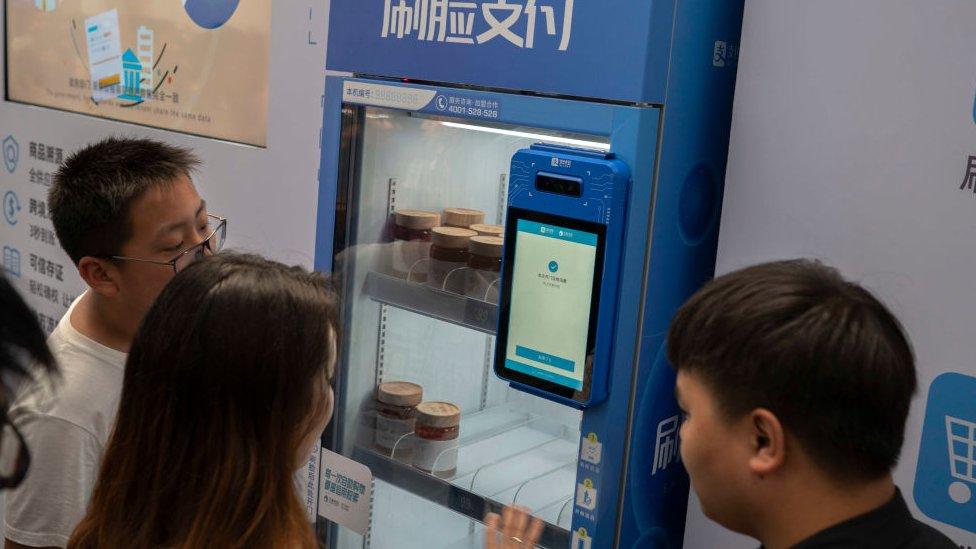 Máquina de pago con reconocimiento facial.