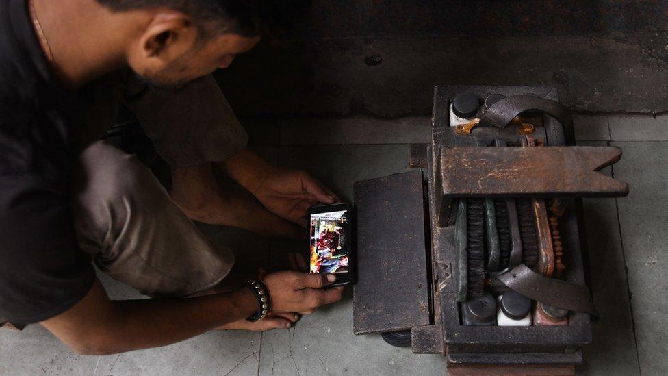 Un hombre joven con un celular