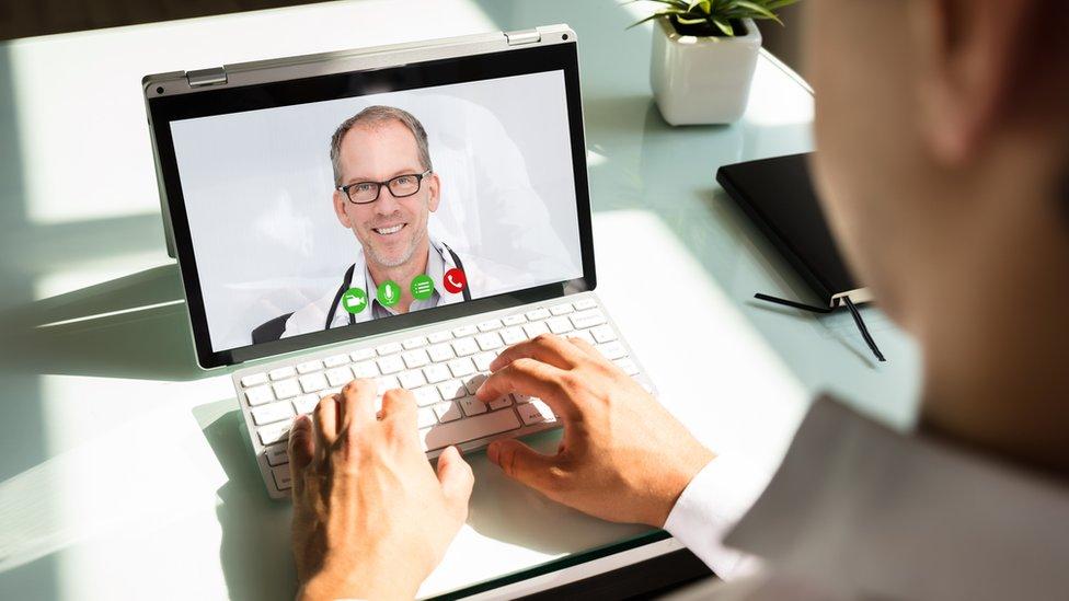 Médico en la pantalla