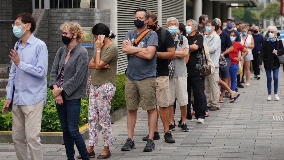 香港市民在西區中山紀念公園體育館社區疫苗接種中心門前排起長龍凖備接種復必泰疫苗(中新社圖片5/4/2021)