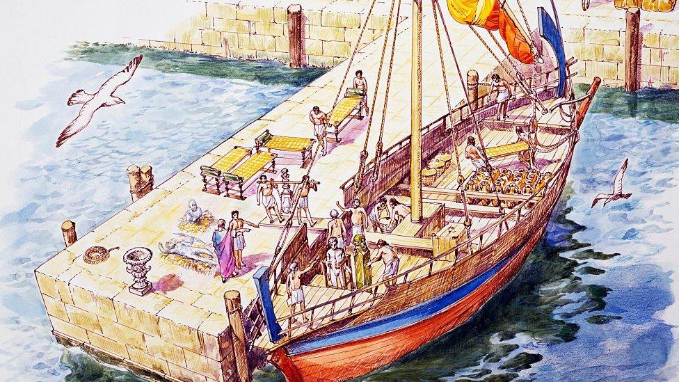 Barco en puerto de Atenas siendo cargado