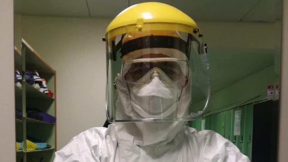 El doctor Messina y los otros sanitarios del hospital IRCCS Humanitas de Milán, en Italia, que se ocupan del tratamiento contra el covid-19 tienen que trabajar con un traje protector especial.