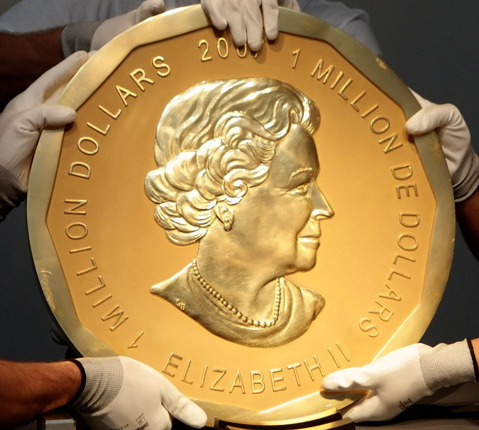 """Picture taken in Vienna, Austria on June 25, 2010 shows experts of an Austrian art forwarding company holding one of the world""""s largest gold coins, a 2007 Canadian $ 1,000,000 """"Big Maple Leaf"""". An identical coin was stolen from Berlin""""s Bode Museum on March 27, 2017."""