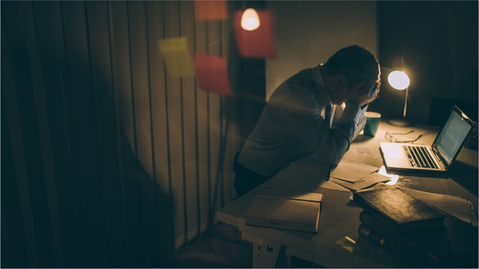 muškarac koji radi do kasno