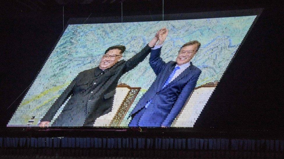 Slika Kima i Muna projektovana na veliki pano u Pjongjangu