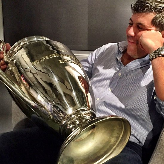 Fernando Palomo contempla el trofeo de la Liga de Campeones.
