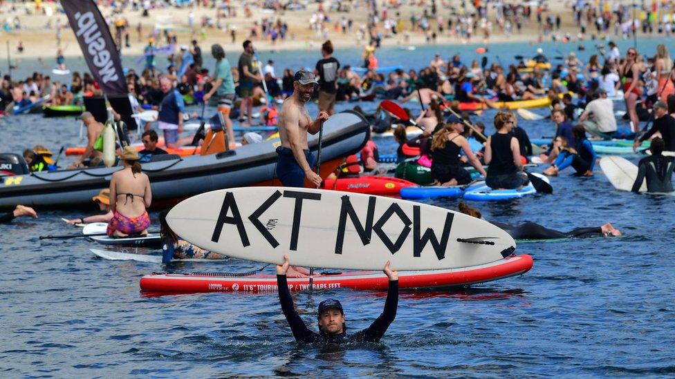 衝浪者組織在G7會場附近沙灘抗議污水排放污染海洋。