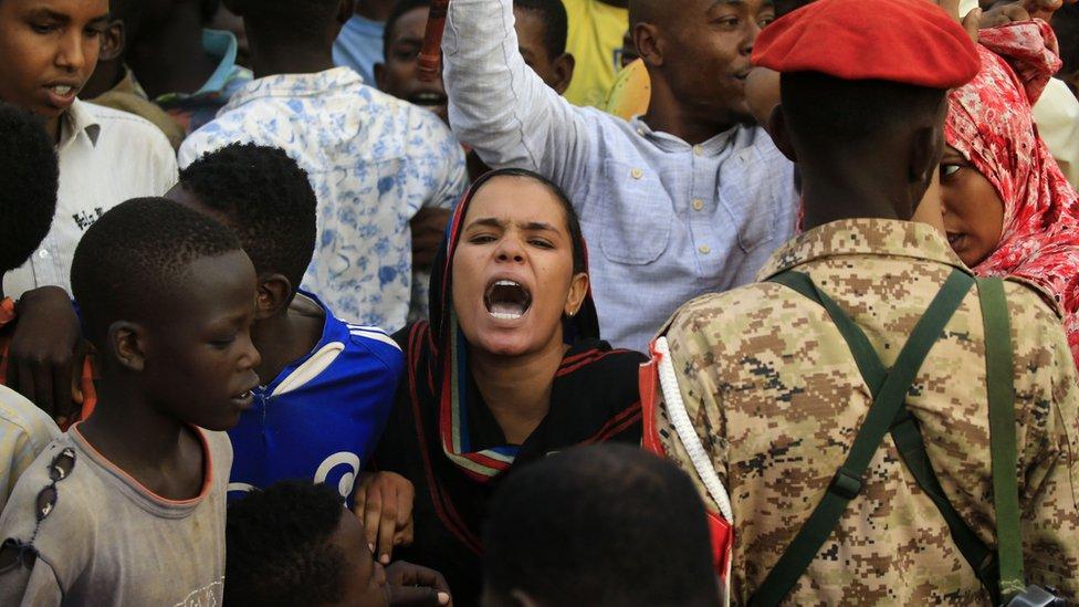 قوات المجلس العسكري تتهم بقتل عشرات المحتجين