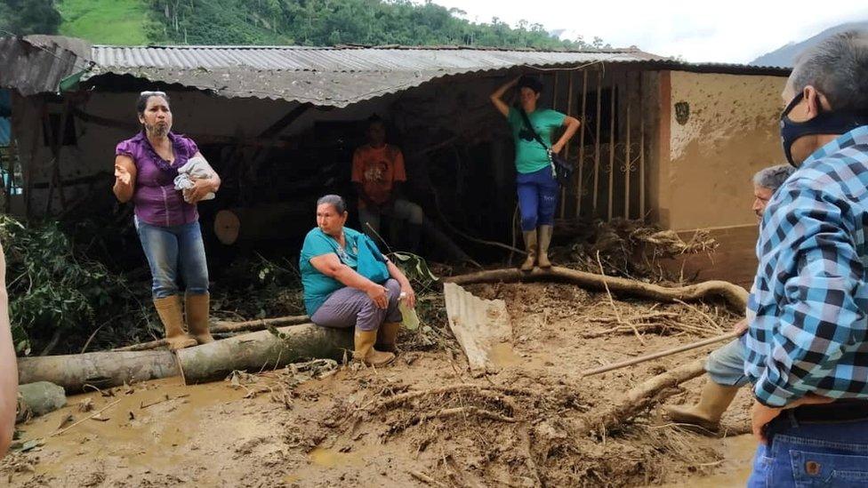 Mujeres en el pueblo de Tovar, afectadas por los deslaves