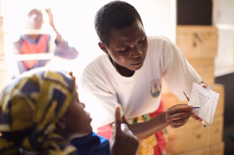 """""""Vision for a Nation"""" entrenó a 2.700 enfermeras en Ruanda para que hicieran casi un millón de exámenes de los ojos al año."""