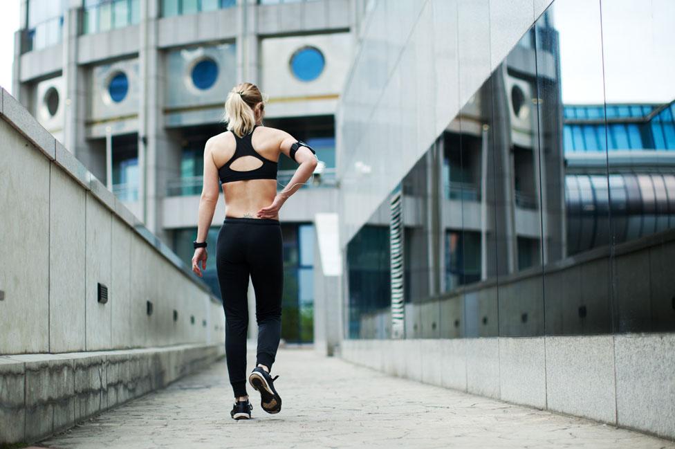 Una mujer dolorida tras correr.