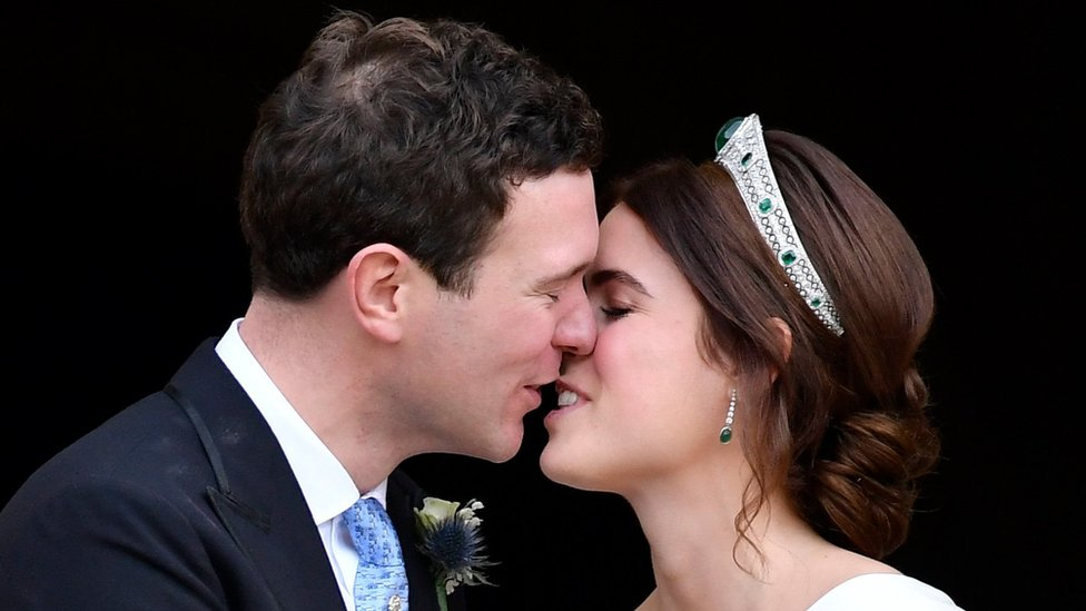 Princesa Eugenia besando a su esposo Jack Brooksbank tras la ceremonia.