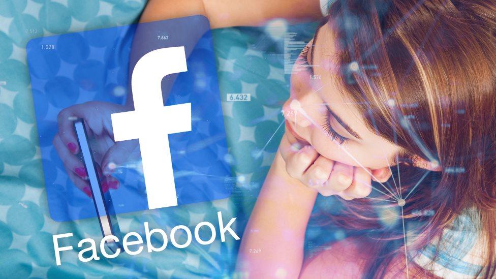 مراهقة تستخدم فيسبوك